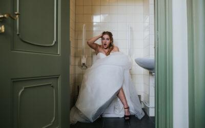 Naar toilet met een bruidsjurk